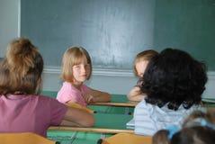 Actividades de la pupila en la sala de clase Imágenes de archivo libres de regalías