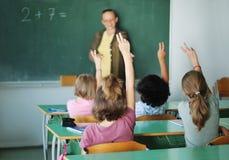 Actividades de la pupila en la sala de clase Fotos de archivo