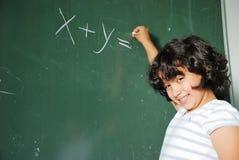 Actividades de la pupila en la sala de clase en la escuela Foto de archivo libre de regalías