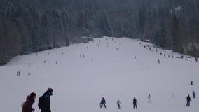 Actividades del invierno con la gente en las montañas almacen de video