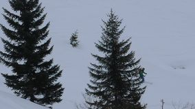 Actividades del invierno en las montañas almacen de metraje de vídeo