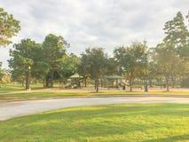 Actividades del patio de los niños en área residencial en la puesta del sol Fotos de archivo