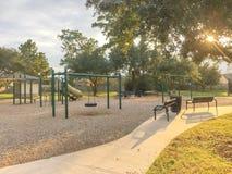 Actividades del patio de los niños en área residencial en la puesta del sol Imagenes de archivo