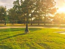 Actividades del patio de los niños en área residencial en la puesta del sol Imagen de archivo libre de regalías