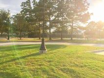 Actividades del patio de los niños en área residencial en la puesta del sol Fotos de archivo libres de regalías