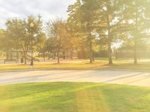 Actividades del patio de los niños en área residencial en la puesta del sol Fotografía de archivo libre de regalías
