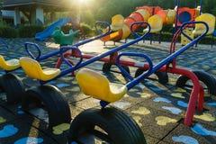Actividades del patio de los niños en parque público en el morni de la luz del sol Imagenes de archivo