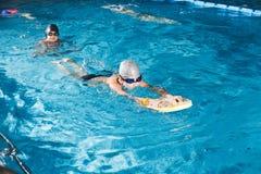 Actividades en la aptitud joven de la natación del muchacho de la piscina Fotografía de archivo