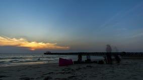 Actividades en la playa en la playa de Natai, Phang Nga Tam Lap, tiempo de la puesta del sol Cielo anaranjado, cielo nublado almacen de video