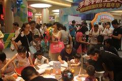 Actividades espirituales de la familia en el SHENZHEN Tai Koo Shing Commercial Center Foto de archivo