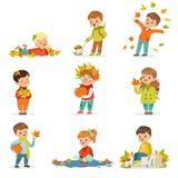 Actividades estacionales al aire libre de los niños s del otoño fijadas La recogida de las hojas de las hojas, el jugar y el lanz Imágenes de archivo libres de regalías