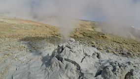 Actividades geotérmicas - nubes de la erupción del volcán del fango del vapor, gas caliente metrajes