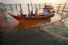 Actividades pesqueras en la boca de Mae Klong River, Tailandia Foto de archivo