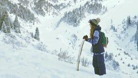 Actividades sanas de la snowboard y del esquí, aventura a las montañas de las montañas, suizo almacen de video