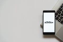 Activisionembleem op het smartphonescherm Stock Foto's