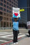 Activista delante del consulado de Japón en Los Ángeles para protestar la matanza de los delfínes en Taiji Imagen de archivo