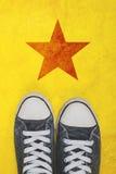 Activista joven que se coloca en el camino con la impresión de la forma de la estrella Fotos de archivo