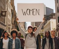 Activista que protesta para la capacitación de las mujeres fotografía de archivo libre de regalías