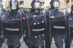 Activistas de enfrentamiento de la policía antidisturbios en Milán, Italia Foto de archivo libre de regalías
