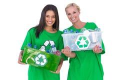 Activistas de Enivromental que llevan a cabo la caja de recyclables Fotografía de archivo libre de regalías