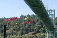 Activistas de Greenpeace que cuelgan sobre el puente de St Johns con las banderas Fotos de archivo libres de regalías