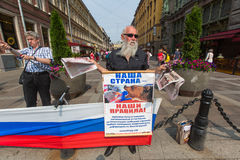 Activistas de la organización anti-occidental NLM SPb (movimiento de favorable-Putin de liberación nacional), en el Nevsky Prospe Fotografía de archivo