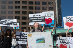 Activistas delante del consulado de Japón en Los Ángeles para protestar la matanza de los delfínes en Taiji Fotografía de archivo