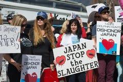 Activistas delante del consulado de Japón en Los Ángeles para protestar la matanza de los delfínes en Taiji Imagen de archivo