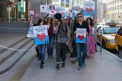 Activistas delante del consulado de Japón en Los Ángeles para protestar la matanza de los delfínes en Taiji Imagen de archivo libre de regalías