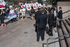 Activistas delante del consulado de Japón en Los Ángeles para protestar la matanza de los delfínes en Taiji Fotos de archivo libres de regalías