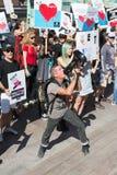 Activistas delante del consulado de Japón en Los Ángeles para protestar la matanza de los delfínes en Taiji Imágenes de archivo libres de regalías