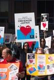 Activistas delante del consulado de Japón en Los Ángeles para protestar la matanza de los delfínes en Taiji Fotografía de archivo libre de regalías