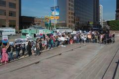 Activistas delante del consulado de Japón en Los Ángeles para protestar la matanza de los delfínes en Taiji Imagenes de archivo