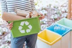 Activiste assortissant des déchets de papier photos libres de droits