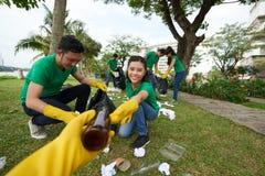 Activiste environnemental prenant des déchets Photographie stock
