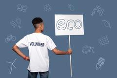 Activiste sûr d'eco se tenant seul et tenant un grand signe photos libres de droits