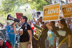 Activiste sur le mégaphone au rassemblement d'Anti-atout à Phoenix Photographie stock libre de droits