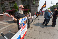 Activisten van de pro-Putin anti-westelijke organisatie NLM SPb (Nationale Bevrijdingsbeweging), op Nevsky Prospekt Stock Afbeelding