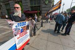 Activisten van de pro-Putin anti-westelijke organisatie NLM SPb (Nationale Bevrijdingsbeweging), op Nevsky Prospekt Royalty-vrije Stock Foto's