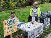 Activistes de climat de l'Orégon avec leur affichage aux agriculteurs de Corvallis photos stock