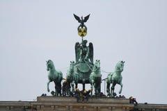 Activistes de Greenpeace sur le massif de roche de Brandenburger Photo stock
