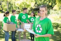 Activistes environnementaux heureux en parc photographie stock