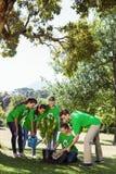 Activistes environnementaux plantant un arbre en parc Photo stock