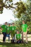 Activistes environnementaux plantant un arbre en parc Photos stock