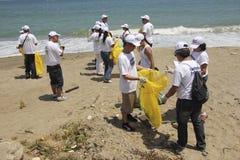 Activité côtière internationale de jour de nettoyage en plage de Guaira de La, état Venezuela de Vargas photographie stock libre de droits