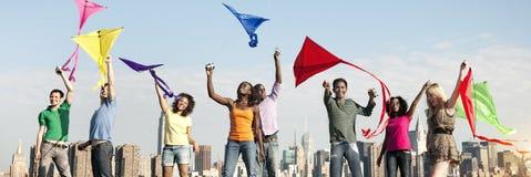 Activité d'amis jouant le concept de dessus de toit de cerf-volant Photographie stock