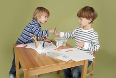 Activité d'arts et de métiers d'enfants, partageant photo libre de droits