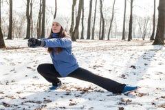 Activité d'hiver de femme de forme physique Photographie stock libre de droits