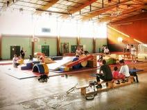Activité de jeux de gymnase d'enfants en bas âge Images libres de droits