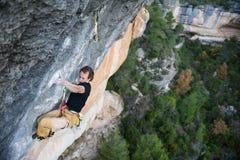 Activité de sport en plein air Grimpeur de roche montant un cli provocant images stock